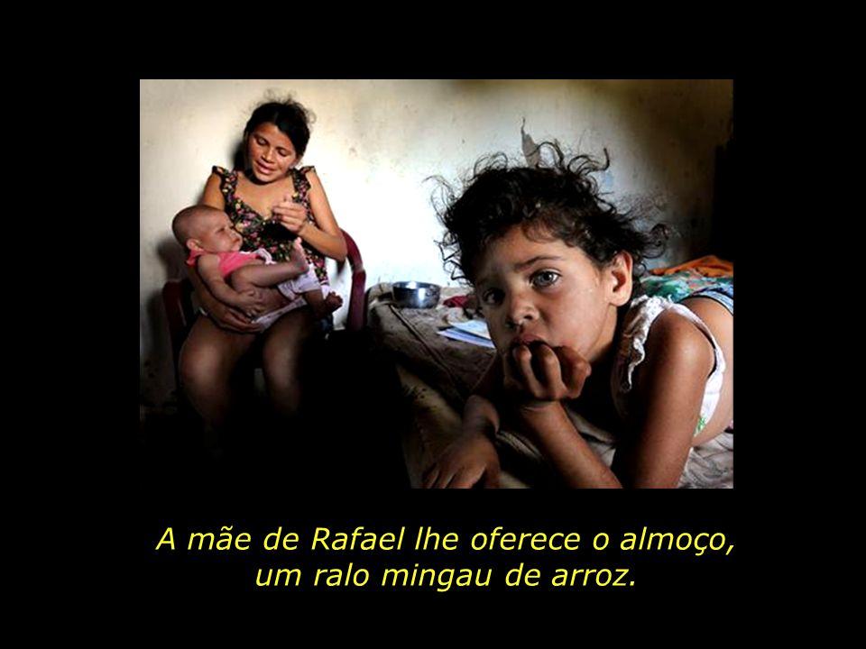 A mãe de Rafael lhe oferece o almoço,