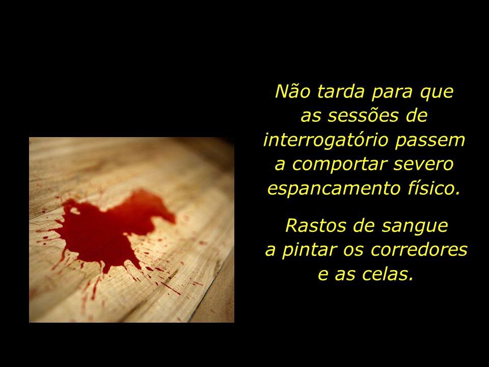 Rastos de sangue a pintar os corredores e as celas.