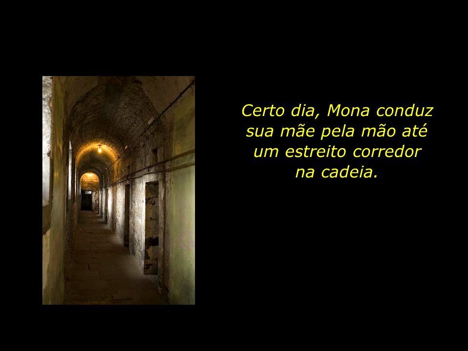 Certo dia, Mona conduz sua mãe pela mão até um estreito corredor