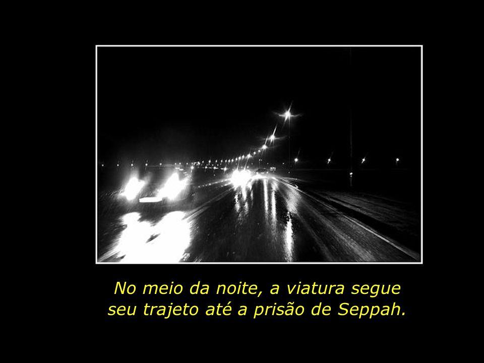 No meio da noite, a viatura segue seu trajeto até a prisão de Seppah.