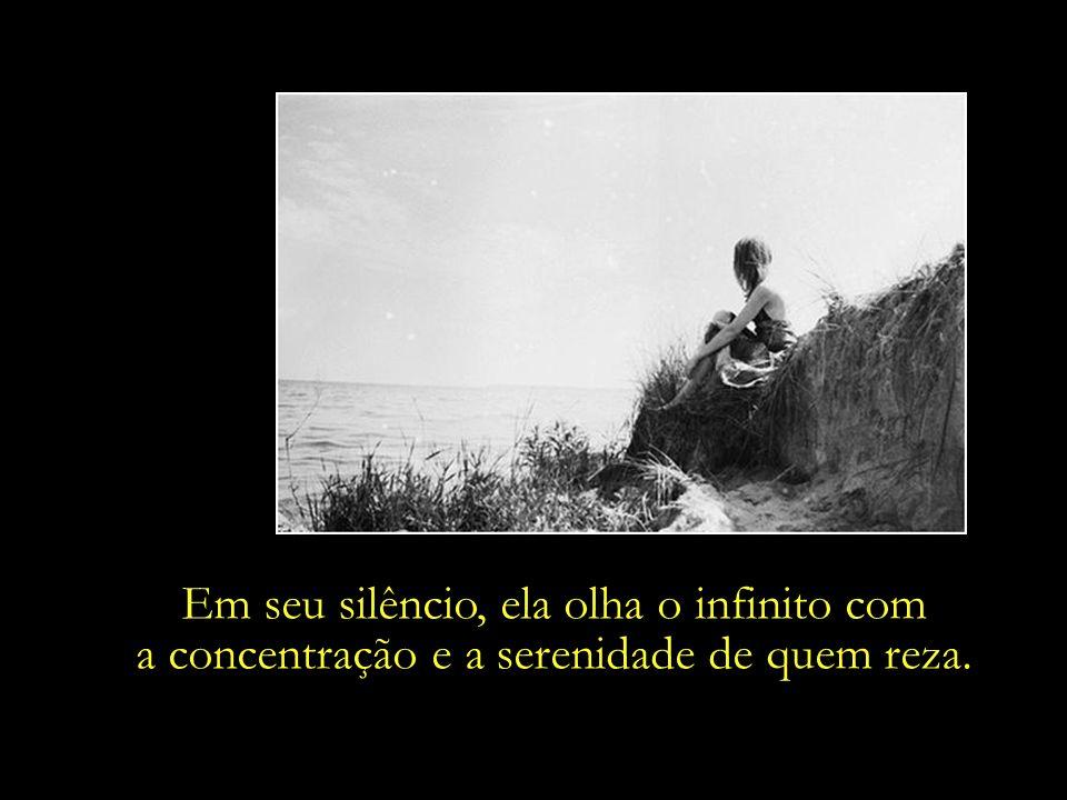 Em seu silêncio, ela olha o infinito com