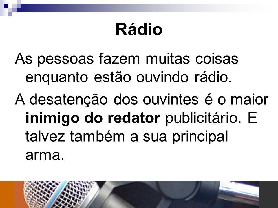 Rádio As pessoas fazem muitas coisas enquanto estão ouvindo rádio.