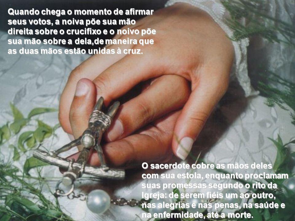 Quando chega o momento de afirmar seus votos, a noiva põe sua mão direita sobre o crucifixo e o noivo põe sua mão sobre a dela,de maneira que as duas mãos estão unidas à cruz.