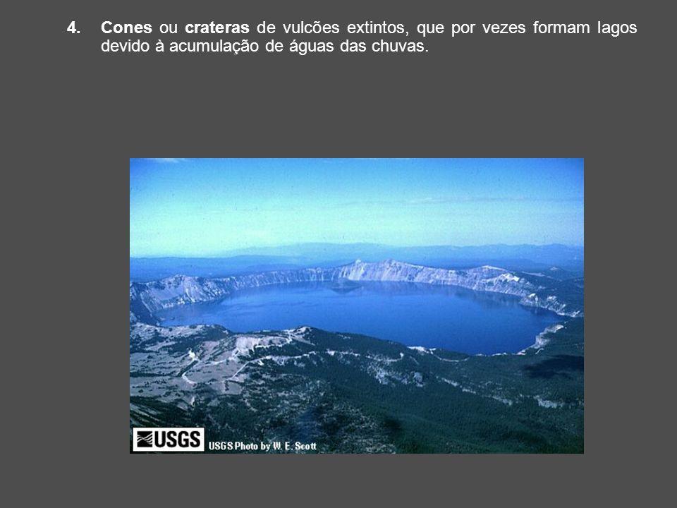 Cones ou crateras de vulcões extintos, que por vezes formam lagos devido à acumulação de águas das chuvas.