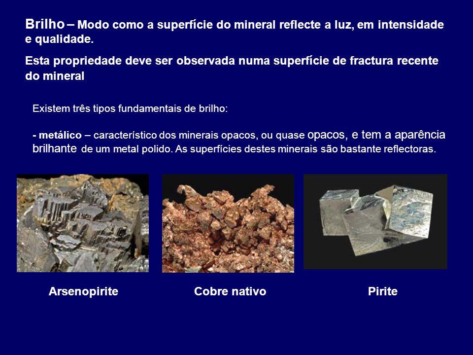 Brilho – Modo como a superfície do mineral reflecte a luz, em intensidade e qualidade.