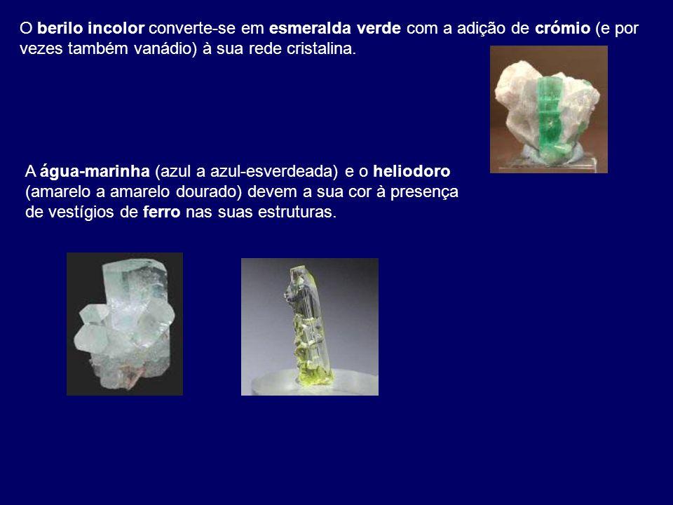O berilo incolor converte-se em esmeralda verde com a adição de crómio (e por vezes também vanádio) à sua rede cristalina.