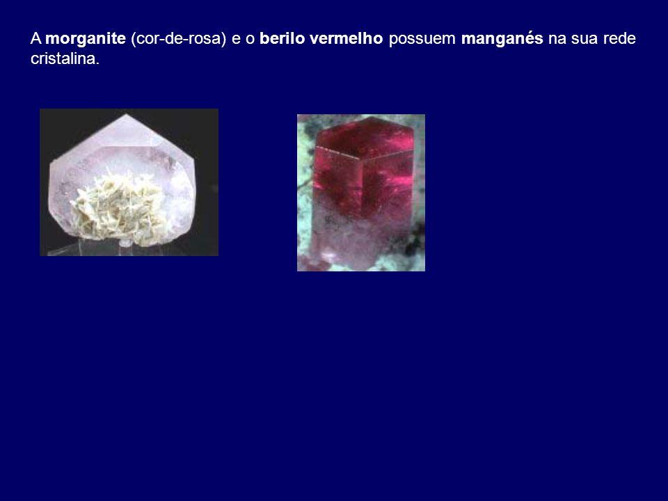 A morganite (cor-de-rosa) e o berilo vermelho possuem manganés na sua rede