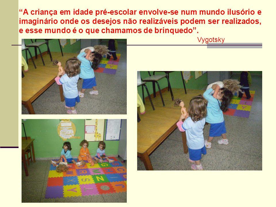 A criança em idade pré-escolar envolve-se num mundo ilusório e imaginário onde os desejos não realizáveis podem ser realizados, e esse mundo é o que chamamos de brinquedo .