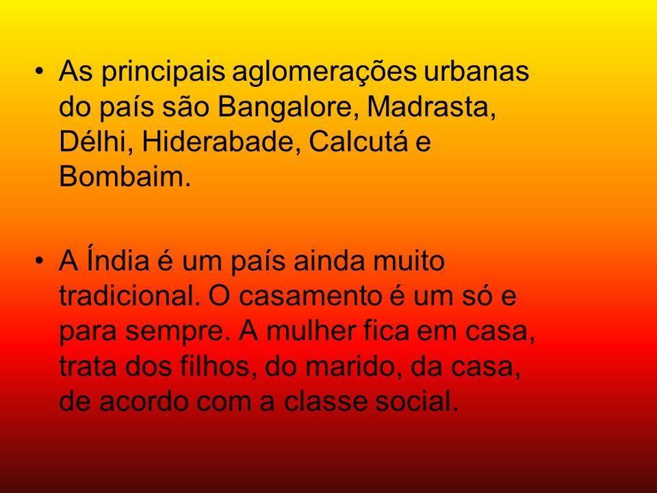 As principais aglomerações urbanas do país são Bangalore, Madrasta, Délhi, Hiderabade, Calcutá e Bombaim.