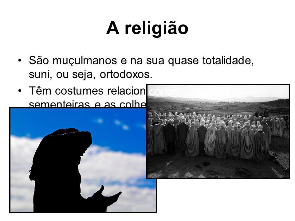 A religião São muçulmanos e na sua quase totalidade, suni, ou seja, ortodoxos.
