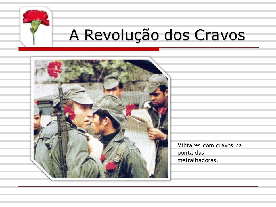 A Revolução dos Cravos Militares com cravos na ponta das metralhadoras.
