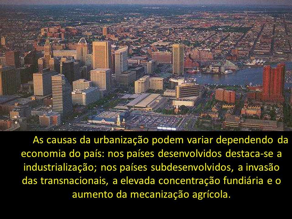 As causas da urbanização podem variar dependendo da economia do país: nos países desenvolvidos destaca-se a industrialização; nos países subdesenvolvidos, a invasão das transnacionais, a elevada concentração fundiária e o aumento da mecanização agrícola.
