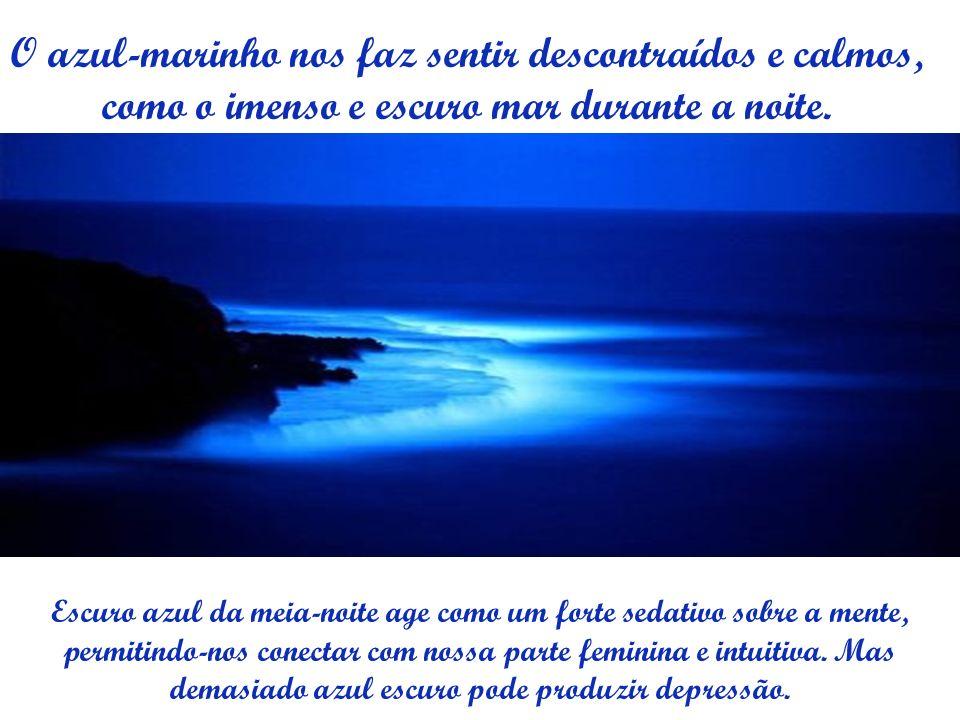 O azul-marinho nos faz sentir descontraídos e calmos, como o imenso e escuro mar durante a noite.
