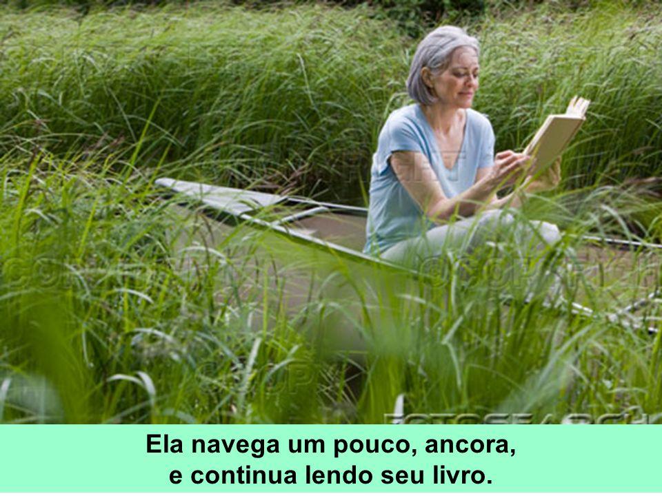 Ela navega um pouco, ancora, e continua lendo seu livro.