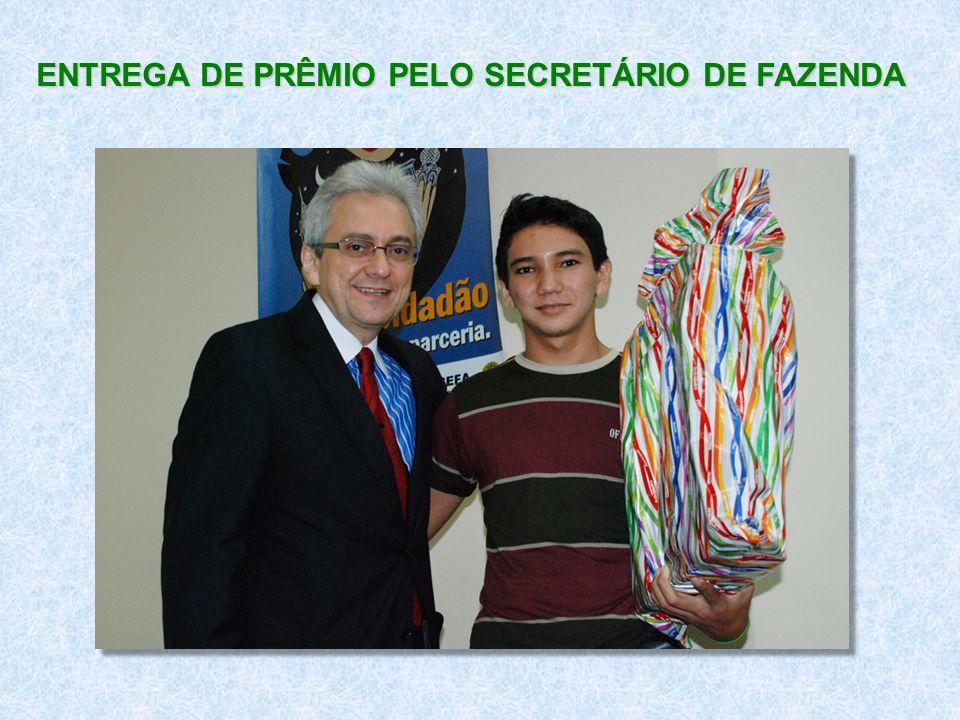 ENTREGA DE PRÊMIO PELO SECRETÁRIO DE FAZENDA