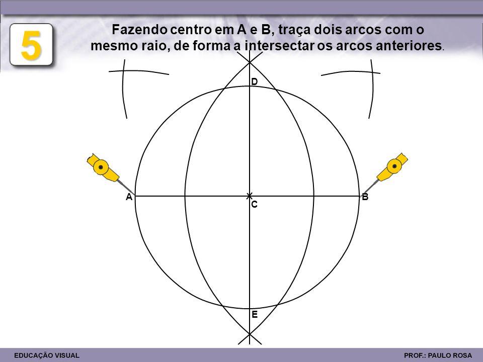 5Fazendo centro em A e B, traça dois arcos com o mesmo raio, de forma a intersectar os arcos anteriores.