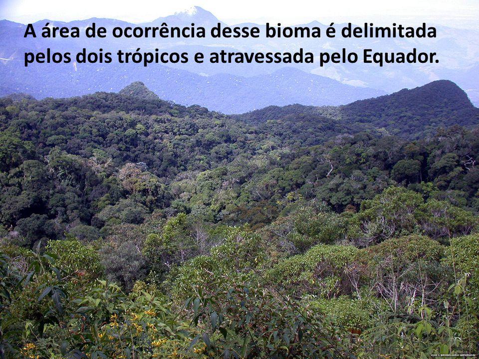 A área de ocorrência desse bioma é delimitada pelos dois trópicos e atravessada pelo Equador.