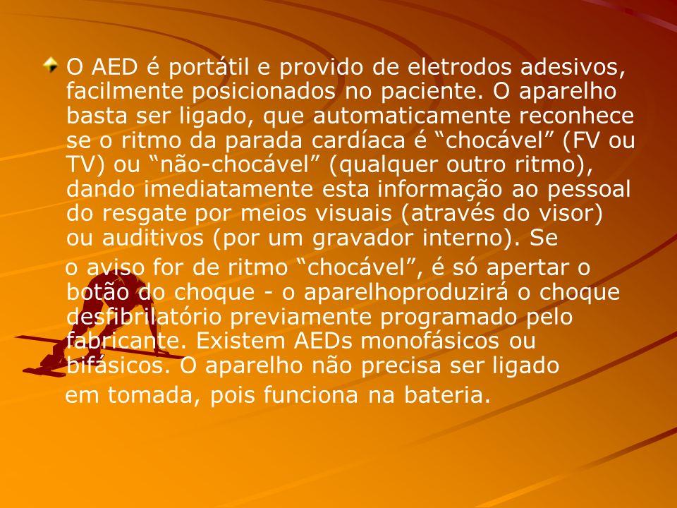 O AED é portátil e provido de eletrodos adesivos, facilmente posicionados no paciente. O aparelho basta ser ligado, que automaticamente reconhece se o ritmo da parada cardíaca é chocável (FV ou TV) ou não-chocável (qualquer outro ritmo), dando imediatamente esta informação ao pessoal do resgate por meios visuais (através do visor) ou auditivos (por um gravador interno). Se