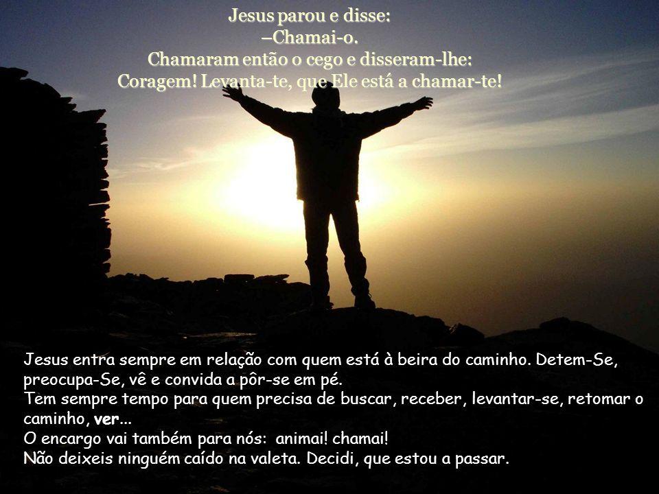 Jesus parou e disse: –Chamai-o
