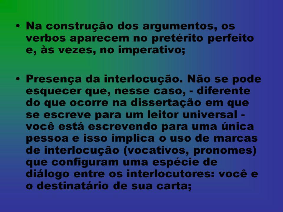 Na construção dos argumentos, os verbos aparecem no pretérito perfeito e, às vezes, no imperativo;