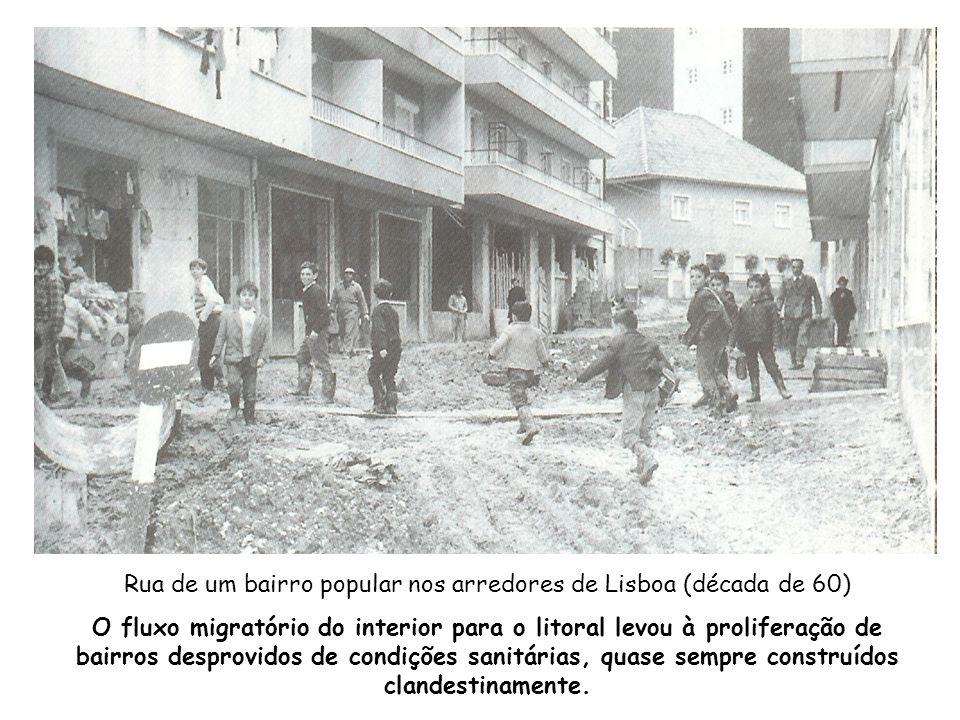 Rua de um bairro popular nos arredores de Lisboa (década de 60)