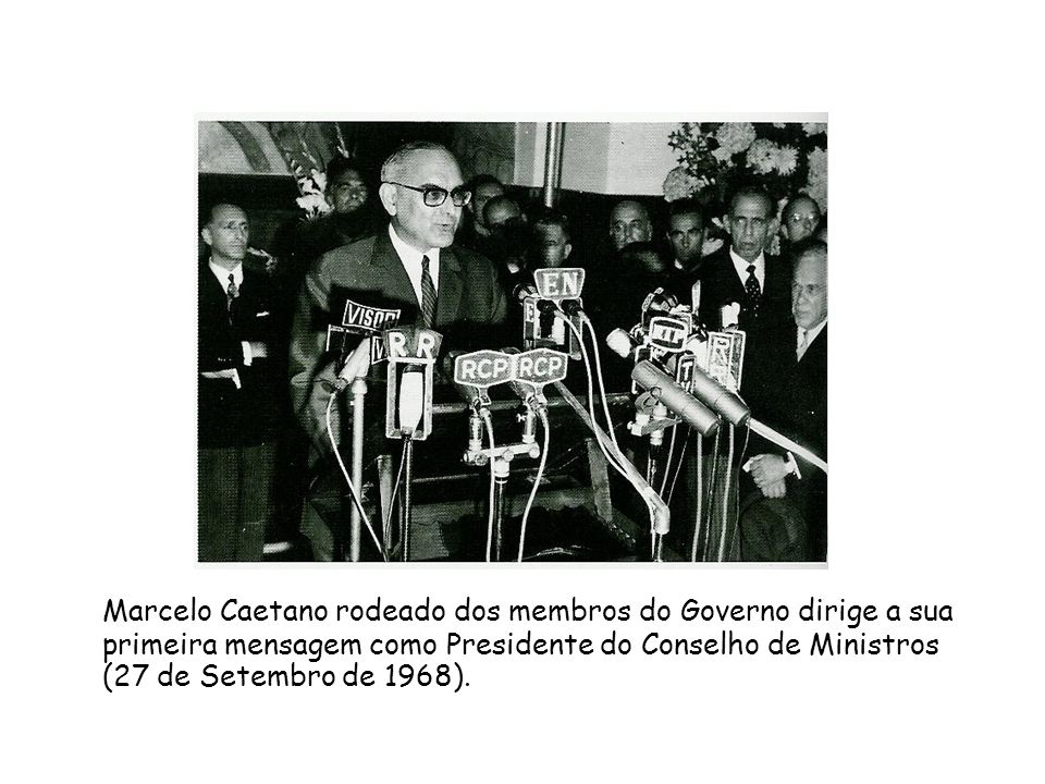 Marcelo Caetano rodeado dos membros do Governo dirige a sua primeira mensagem como Presidente do Conselho de Ministros (27 de Setembro de 1968).