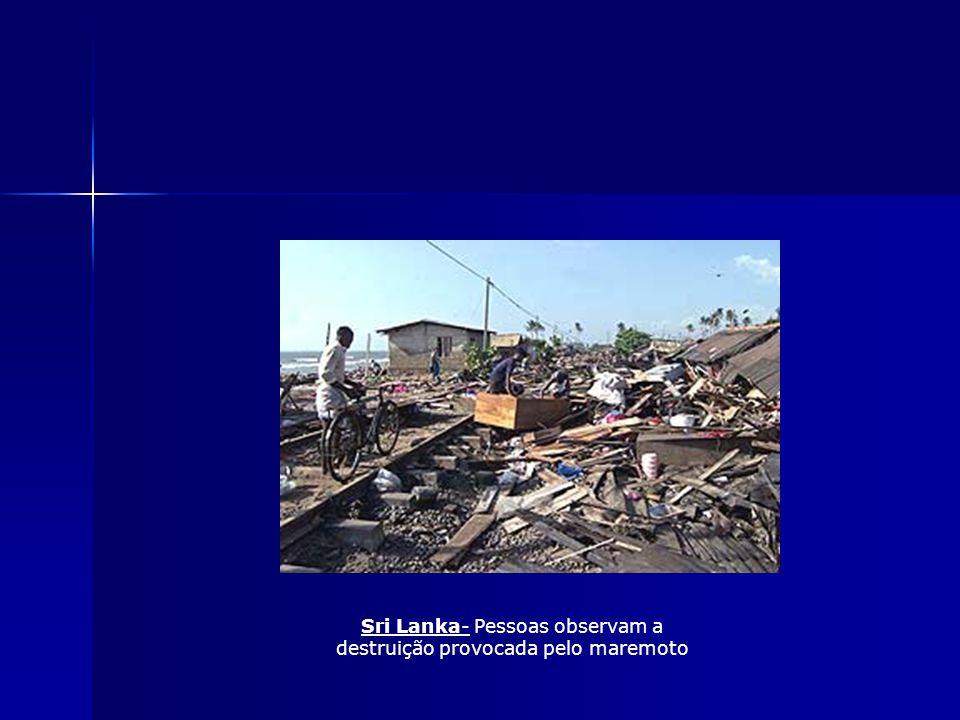 Sri Lanka- Pessoas observam a destruição provocada pelo maremoto