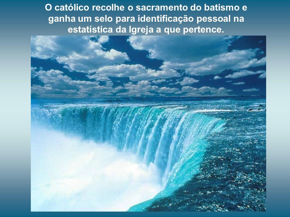 O católico recolhe o sacramento do batismo e ganha um selo para identificação pessoal na estatística da Igreja a que pertence.