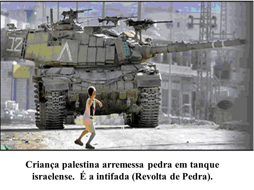 Criança palestina arremessa pedra em tanque israelense