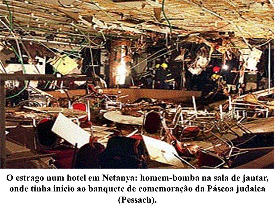 O estrago num hotel em Netanya: homem-bomba na sala de jantar, onde tinha início ao banquete de comemoração da Páscoa judaica (Pessach).