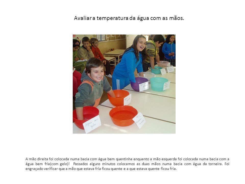 Avaliar a temperatura da água com as mãos.