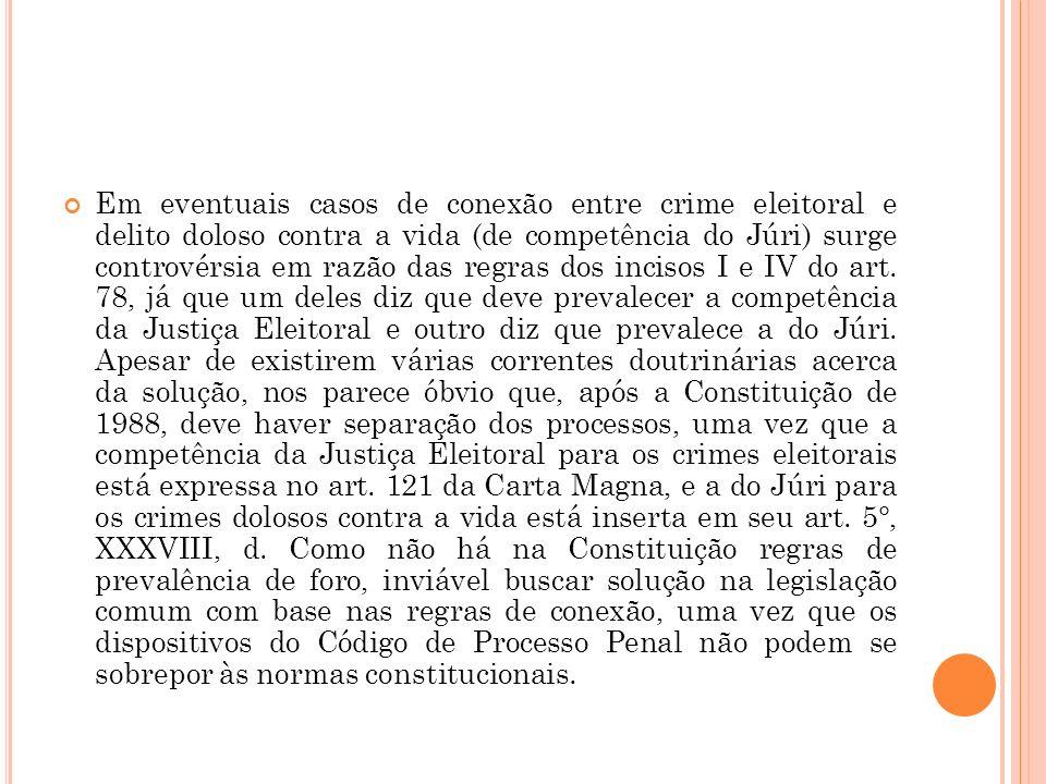 Em eventuais casos de conexão entre crime eleitoral e delito doloso contra a vida (de competência do Júri) surge controvérsia em razão das regras dos incisos I e IV do art.