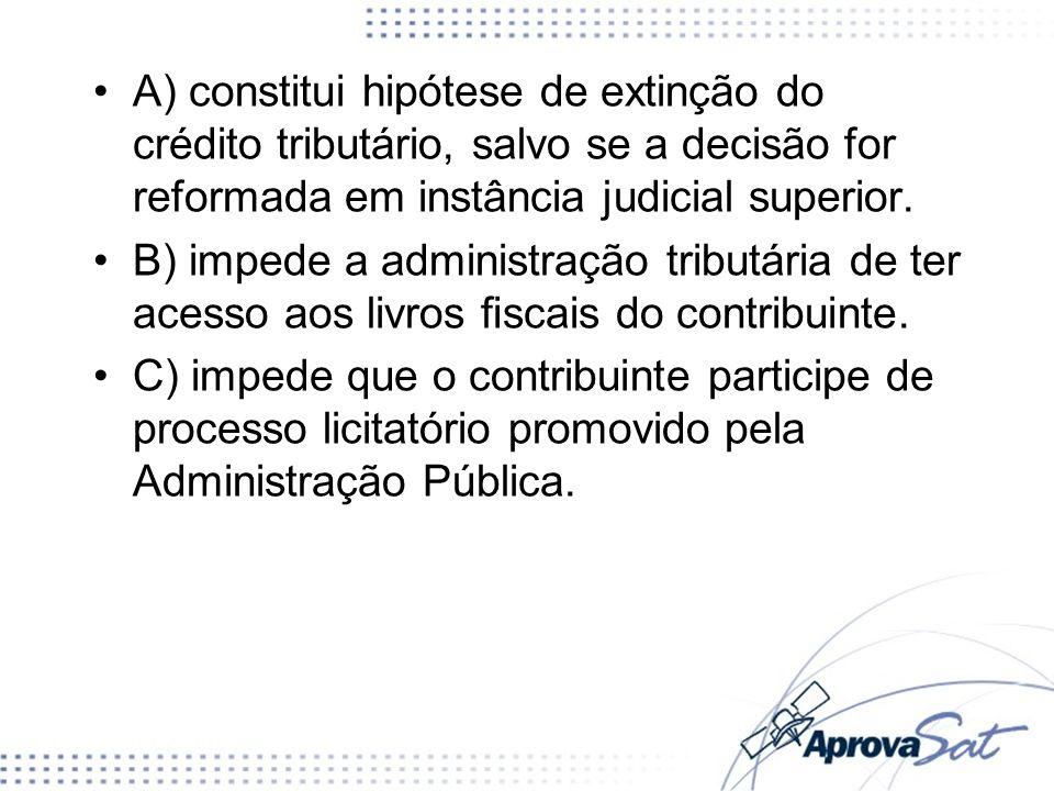 A) constitui hipótese de extinção do crédito tributário, salvo se a decisão for reformada em instância judicial superior.