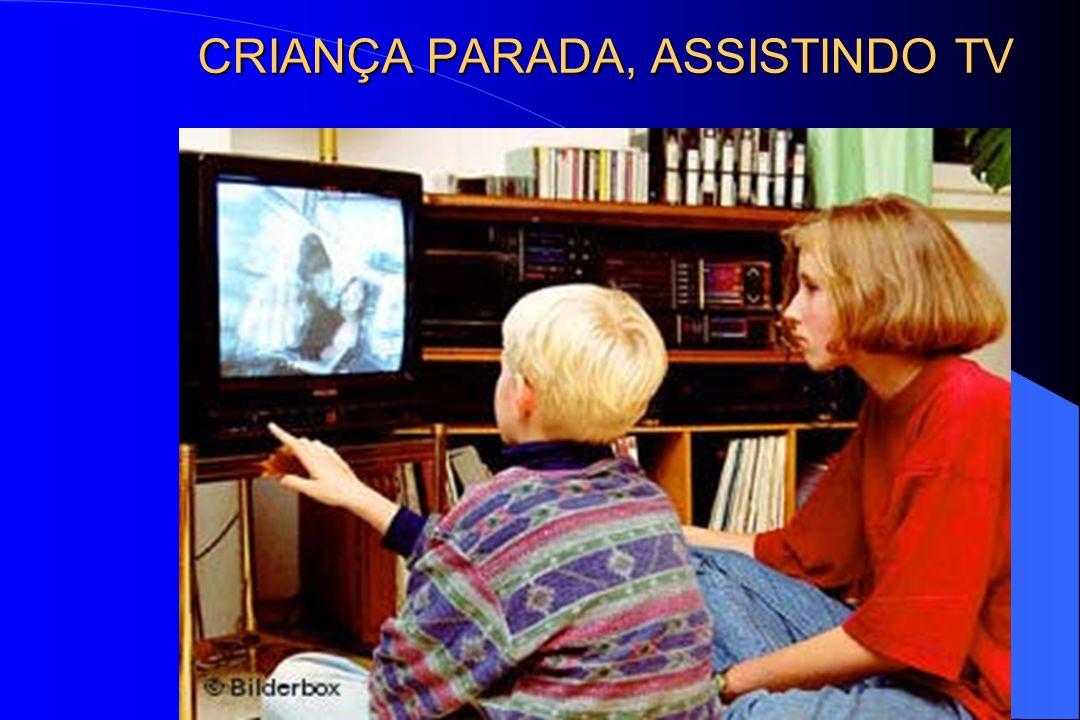 CRIANÇA PARADA, ASSISTINDO TV