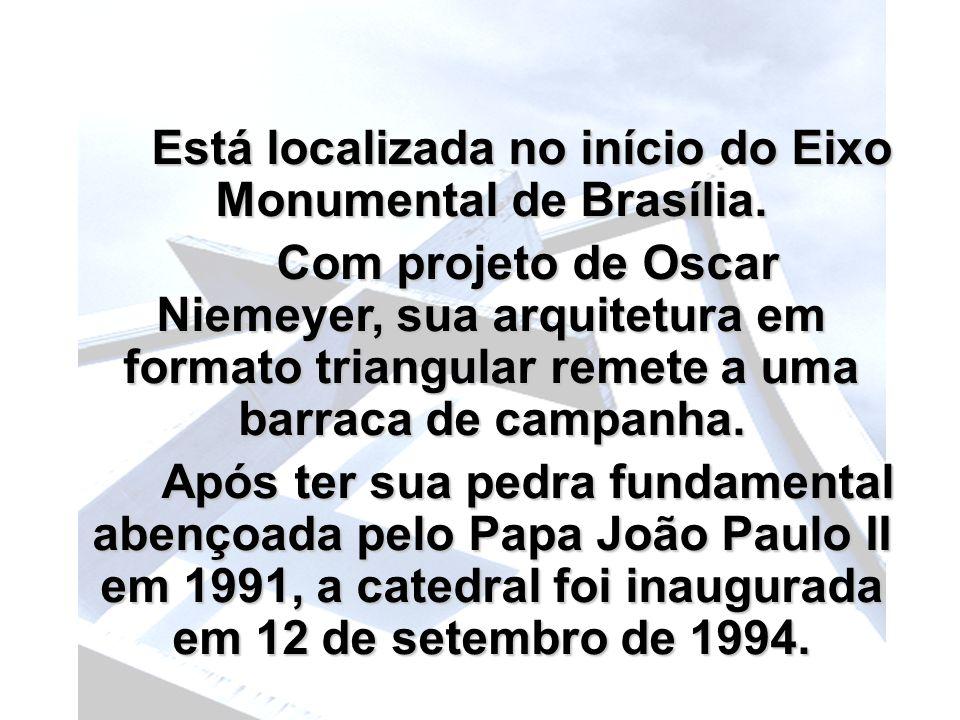 Está localizada no início do Eixo Monumental de Brasília.