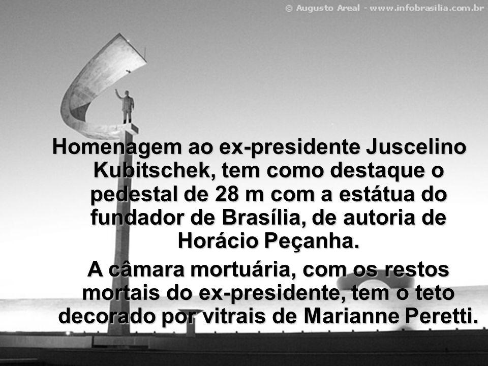 Homenagem ao ex-presidente Juscelino Kubitschek, tem como destaque o pedestal de 28 m com a estátua do fundador de Brasília, de autoria de Horácio Peçanha.