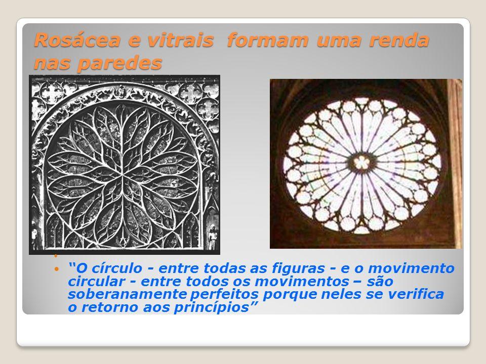 Rosácea e vitrais formam uma renda nas paredes