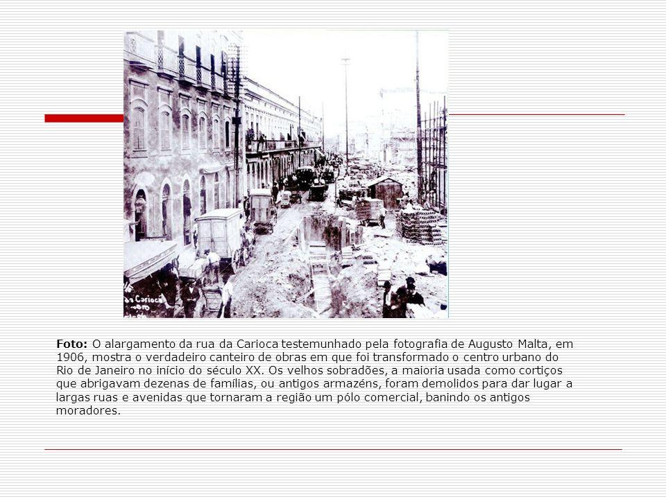 Foto: O alargamento da rua da Carioca testemunhado pela fotografia de Augusto Malta, em 1906, mostra o verdadeiro canteiro de obras em que foi transformado o centro urbano do Rio de Janeiro no início do século XX.