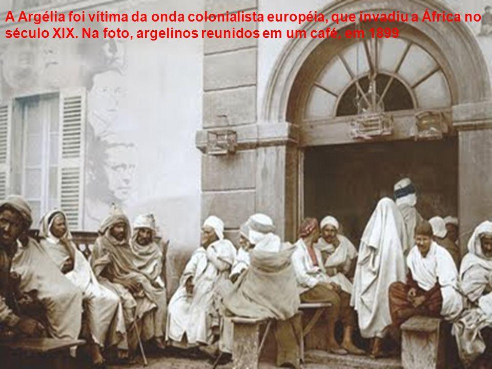 A Argélia foi vítima da onda colonialista européia, que invadiu a África no século XIX.