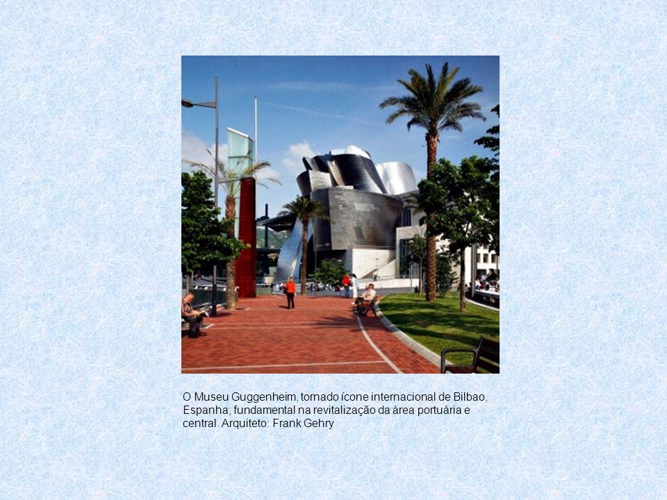 O Museu Guggenheim, tornado ícone internacional de Bilbao, Espanha; fundamental na revitalização da área portuária e central.