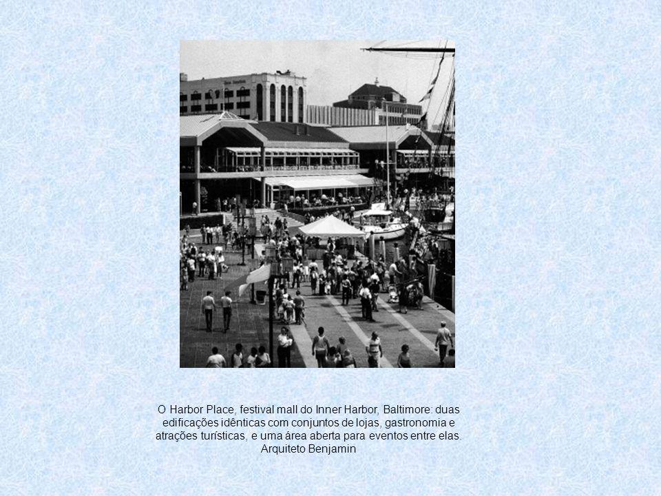 O Harbor Place, festival mall do Inner Harbor, Baltimore: duas edificações idênticas com conjuntos de lojas, gastronomia e atrações turísticas, e uma área aberta para eventos entre elas.