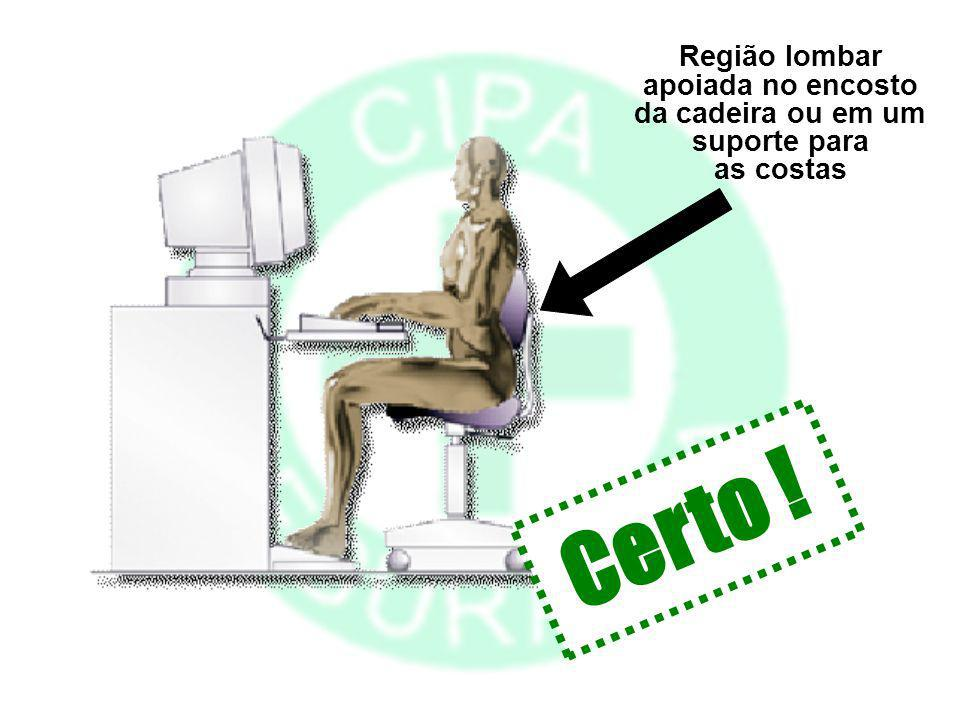 apoiada no encosto da cadeira ou em um suporte para