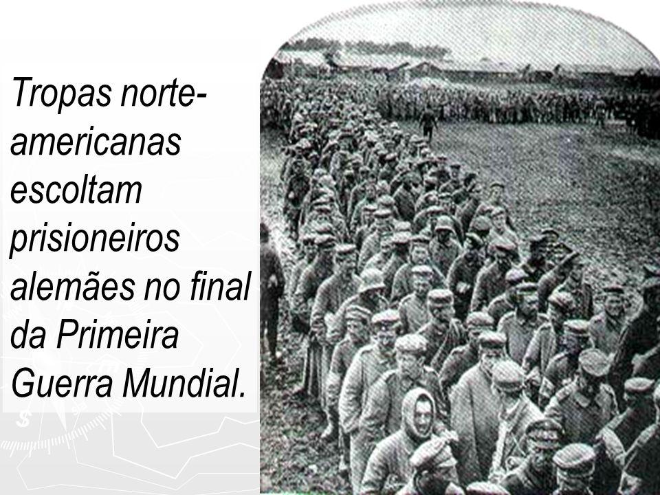 Tropas norte-americanas escoltam prisioneiros alemães no final da Primeira Guerra Mundial.
