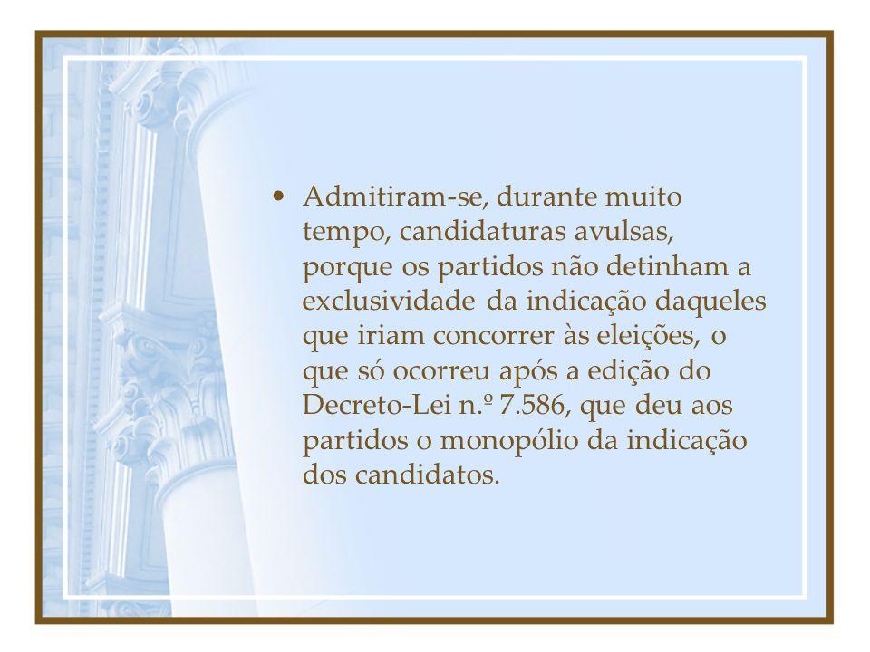 Admitiram-se, durante muito tempo, candidaturas avulsas, porque os partidos não detinham a exclusividade da indicação daqueles que iriam concorrer às eleições, o que só ocorreu após a edição do Decreto-Lei n.º 7.586, que deu aos partidos o monopólio da indicação dos candidatos.