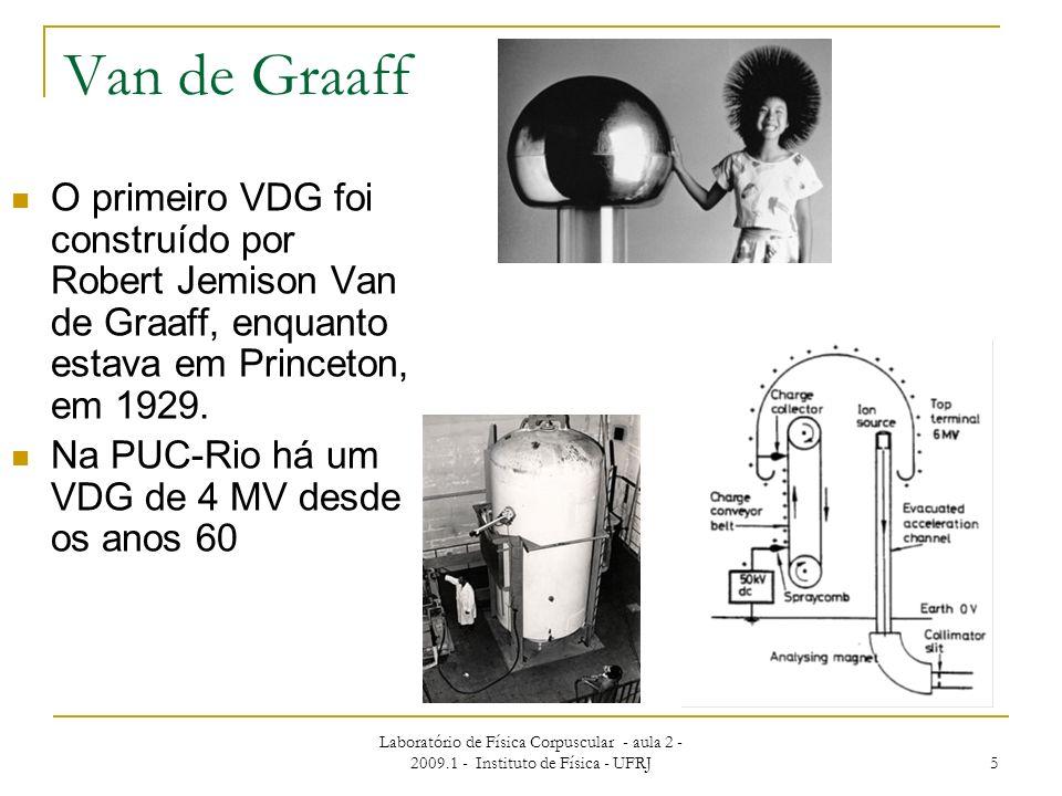 Van de GraaffO primeiro VDG foi construído por Robert Jemison Van de Graaff, enquanto estava em Princeton, em 1929.