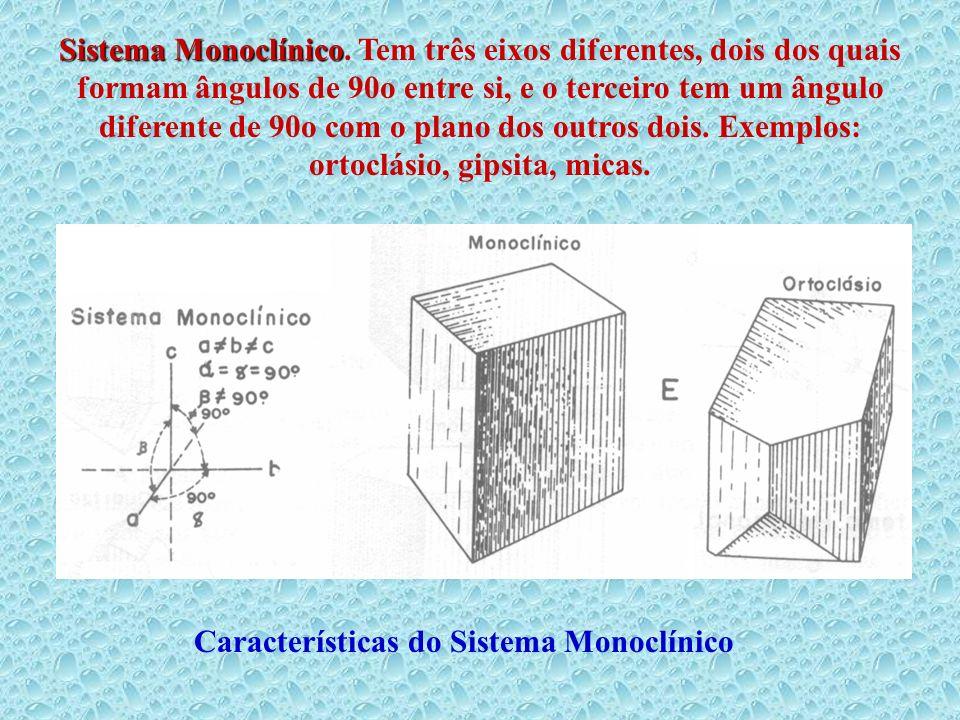Sistema Monoclínico. Tem três eixos diferentes, dois dos quais formam ângulos de 90o entre si, e o terceiro tem um ângulo diferente de 90o com o plano dos outros dois. Exemplos: ortoclásio, gipsita, micas.