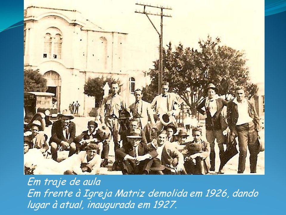 Em traje de aula Em frente à Igreja Matriz demolida em 1926, dando lugar à atual, inaugurada em 1927.