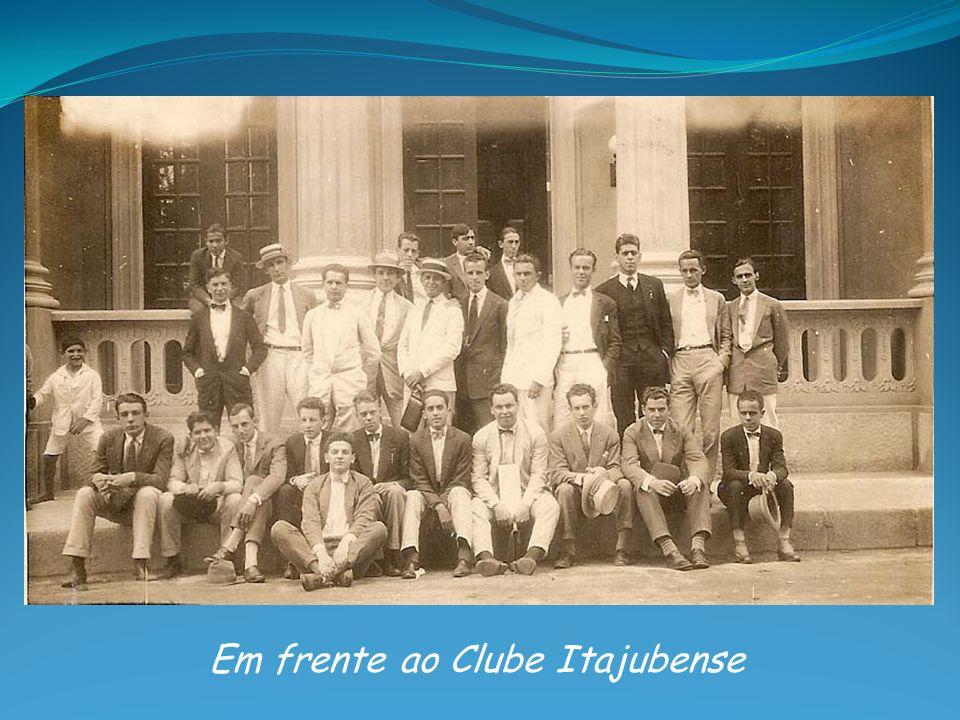 Em frente ao Clube Itajubense