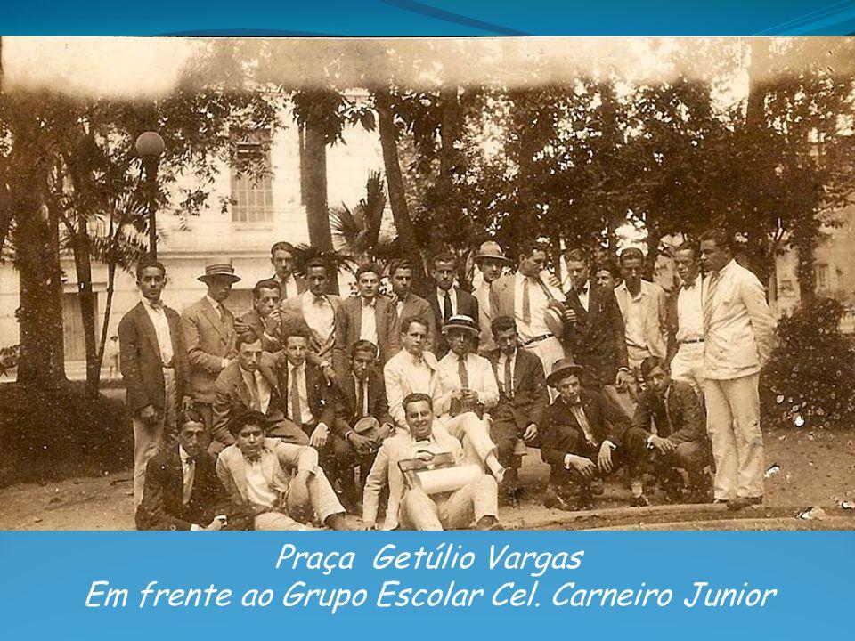Em frente ao Grupo Escolar Cel. Carneiro Junior