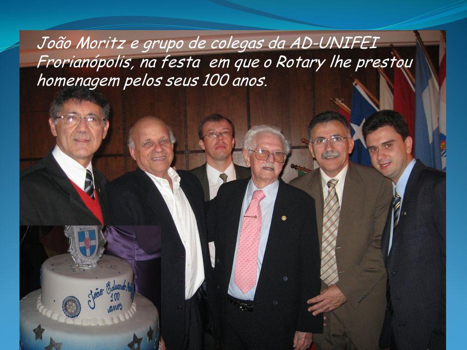 João Moritz e grupo de colegas da AD-UNIFEI Frorianópolis, na festa em que o Rotary lhe prestou homenagem pelos seus 100 anos.